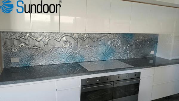 kính hoa văn lát tường bếp