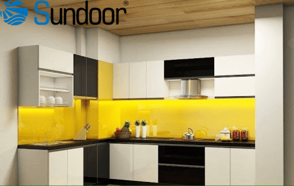 kính màu vàng chanh lát tường bếp