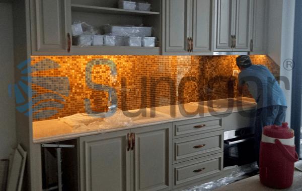 kính màu vàng ốp bếp