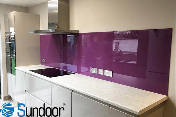 kính tường bếp màu tím